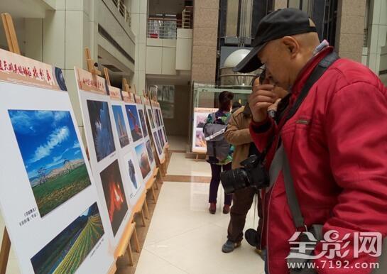 1月7日上午两江人和街道天湖美镇社区迎春摄影展正式开幕