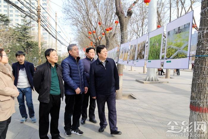 澄城县委书记程军参观《田园美摄影展》