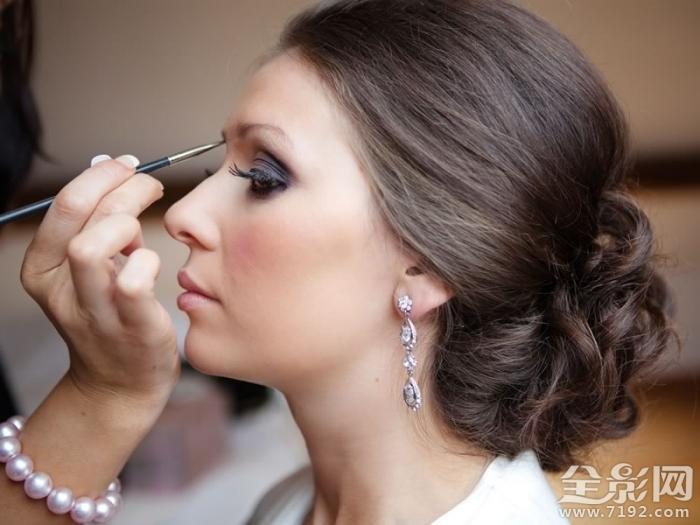 7件事每个新娘应携带她的化妆包