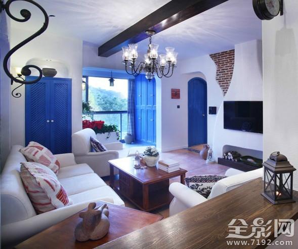 淡蓝色的家具、白色的地毯与轻薄的淡蓝色墙面构成互相映托,层次清楚,整个客厅看起来营造出冷艳的视觉张力,一种内在的魅力情不自禁。选择纯白色停止谅解,墙不论是门框还是沙发以至地毯都给空间发明出不少亮堂的觉得。淡色实木地板,则更多的给空间带来暖意。 客人能在客厅得到关于这一个家的第一印象。