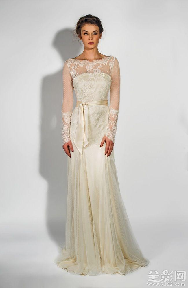 细长的轮廓我们精心挑选的2部分也在广泛的特征。他们可能没有大公主式礼服的直接影响他们的简单和精致的装饰带他们到一个整体的优雅的新水平。 错过了?你去哪里了!看到更多的梦幻的婚纱礼服设计师就在这里,如果你计划夏季庆典我们有一些顶级服饰购物提示你不能错过。