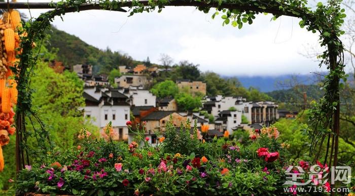 """当日,江西省婺源篁岭风景区打造的""""鲜花小镇""""在古村天街亮相并向游客"""