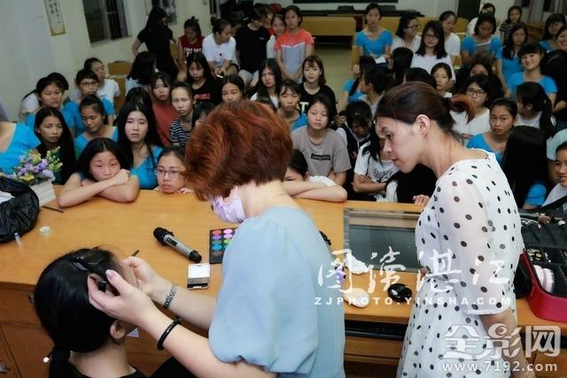 国家高级彩妆造型师走进校园为学生传授化妆技巧
