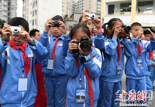 """中国首个摄影希望小学成立20年 希望之路""""影""""领前行"""
