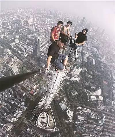用生命拍照!四名男子徒手爬上450米高楼塔尖