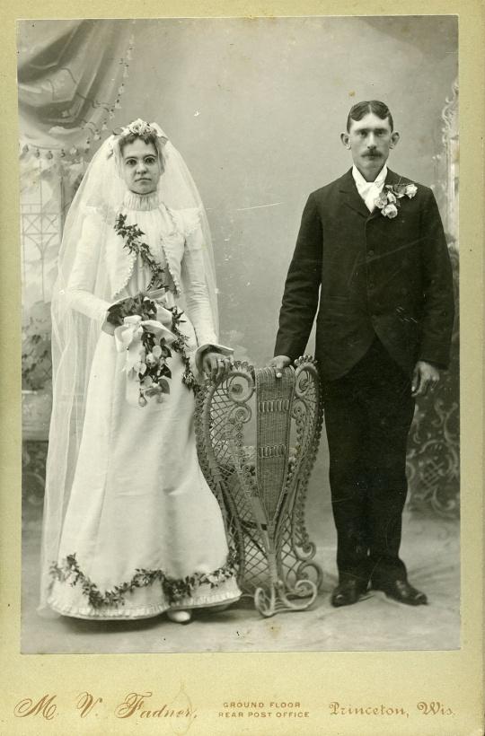 没有笑容与触摸,这样的结婚照却流行一时