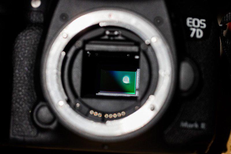 美国日食后,摄影师纷纷在网上分享相机或镜头被太阳烧毁的照片