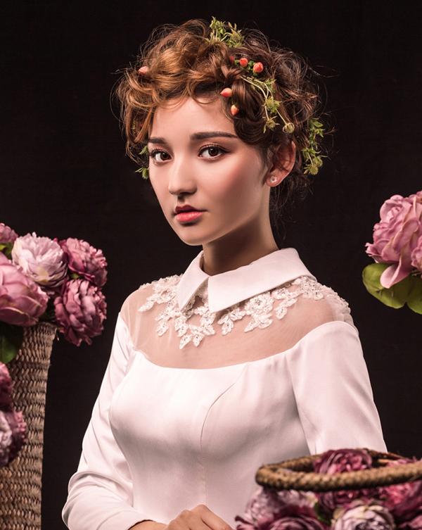 新娘造型|清新抽丝丸子头,盈盈一笑,优雅又有些小妩媚