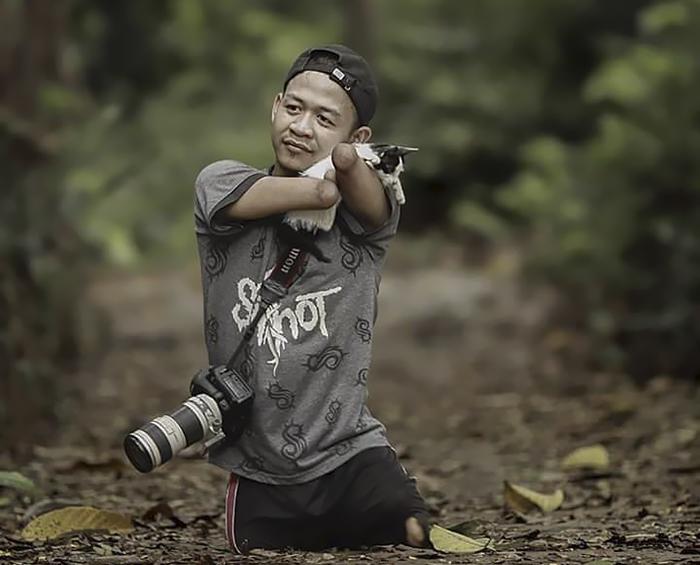 他天生没有手和脚 却成为出色的摄影师