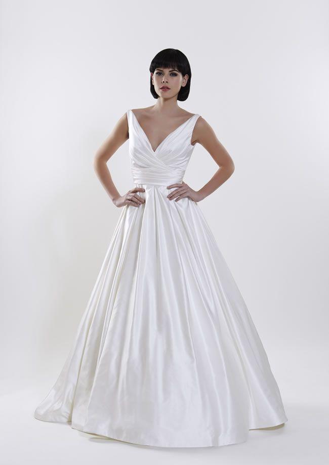经典新娘寻找美丽的衣服