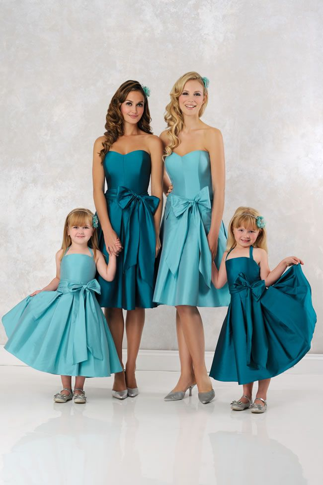 华丽的伴娘设计中穿上你的女佣和女花童