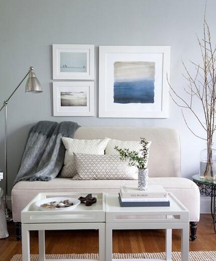 淡蓝色和麻质地毯是地中海风格的两大特点,这个客厅将两者都包含进来