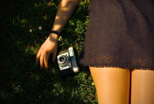 摄影时利用光线,拍摄出人和投影想结合的照片