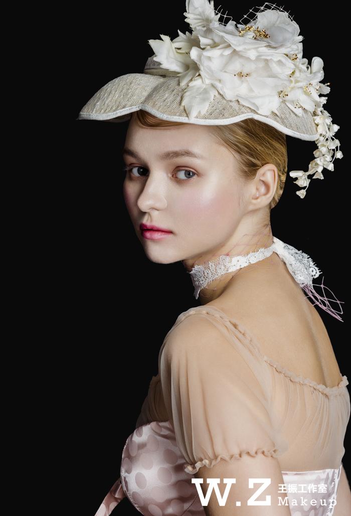 充满古典美的欧式宫廷新娘造型,经典而有新意.