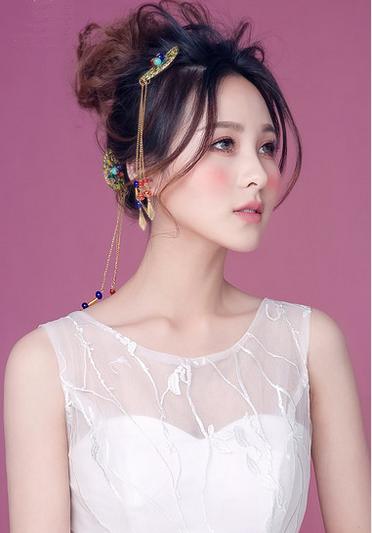 发丝灵动,头纱仙美,粉色系时尚新娘妆容