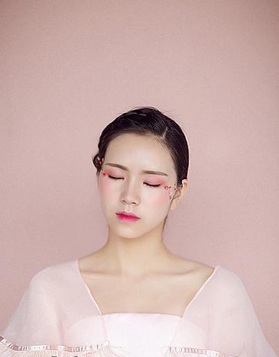 幻粉少女妆容造型,像是林中精灵,轻盈唯美