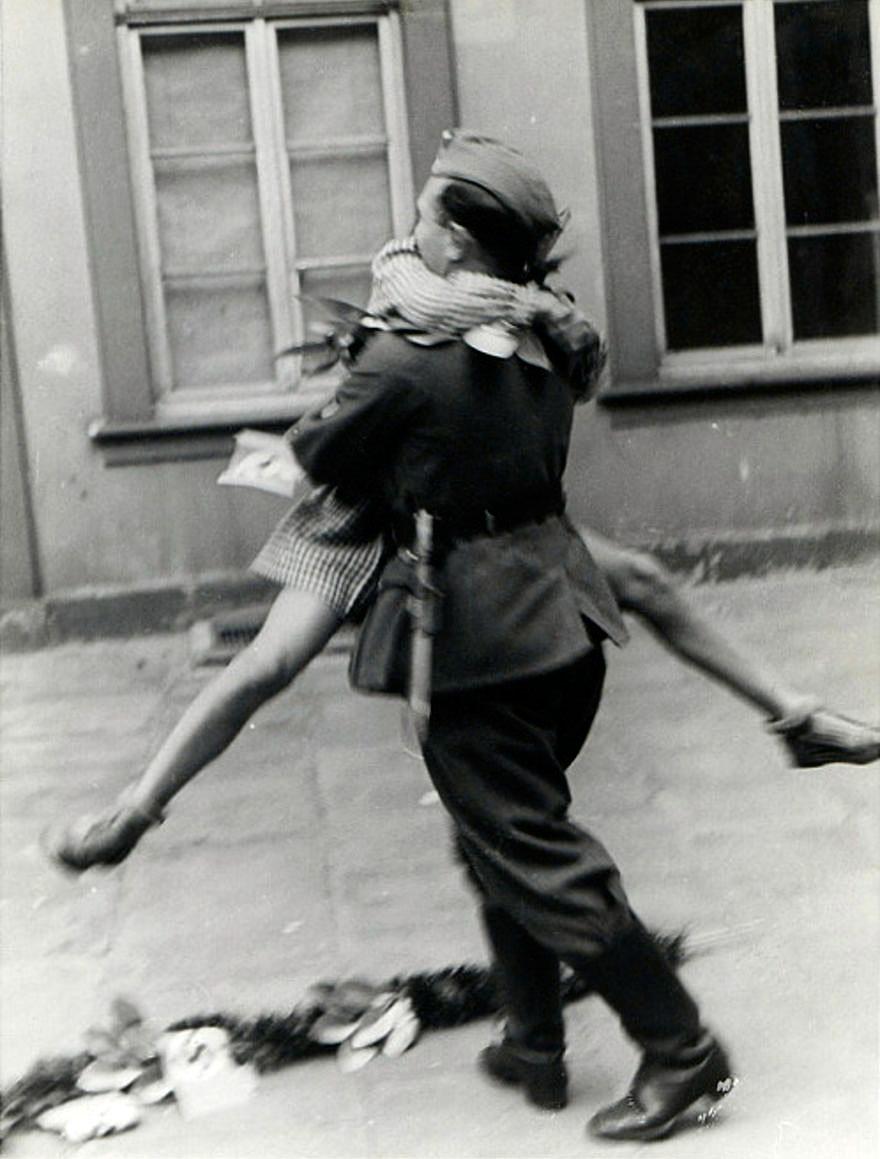 当离别遭遇爱情 他们在战火的镜头下深情相拥