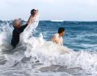 再大的浪也不能阻止摄影师拍出一张好的照片