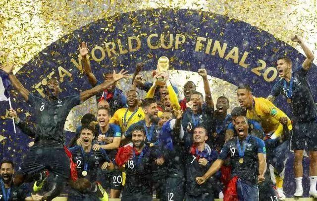 法国4-2克罗地亚 时隔20年再次捧起大力神杯!