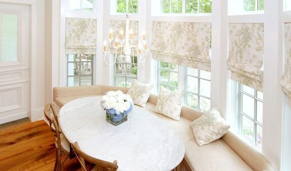 婚房布置亮点:田园风格的窗帘,上下两层的窗户,带来的是很不错的自然气质