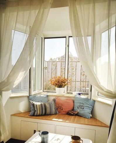 婚房布置亮点:梯形飘窗区域加上了层层纱幔,窗户都能带来很不错的景色