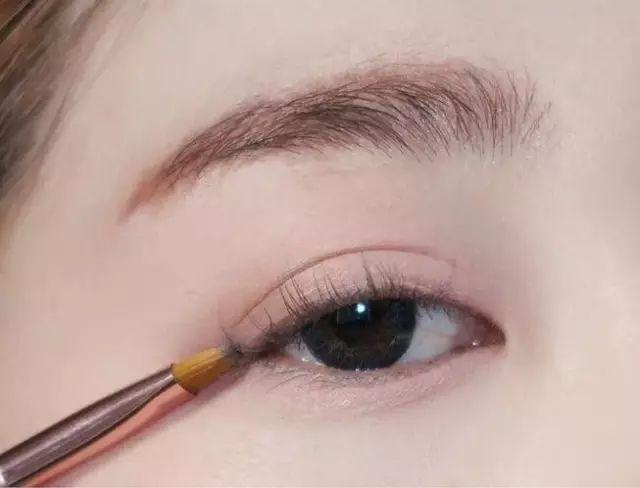 炎热的夏天,试试这款清淡的眼妆