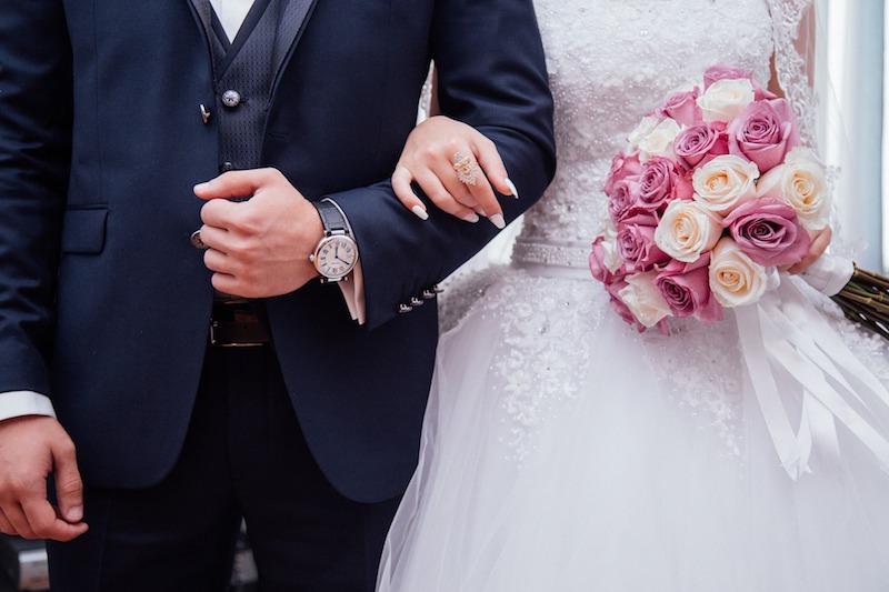 优乐娱乐手机版摄影新娘穿什么样的优乐娱乐手机版配新郎