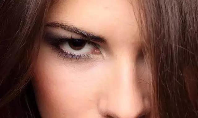拍人像时,眼睛看向哪儿