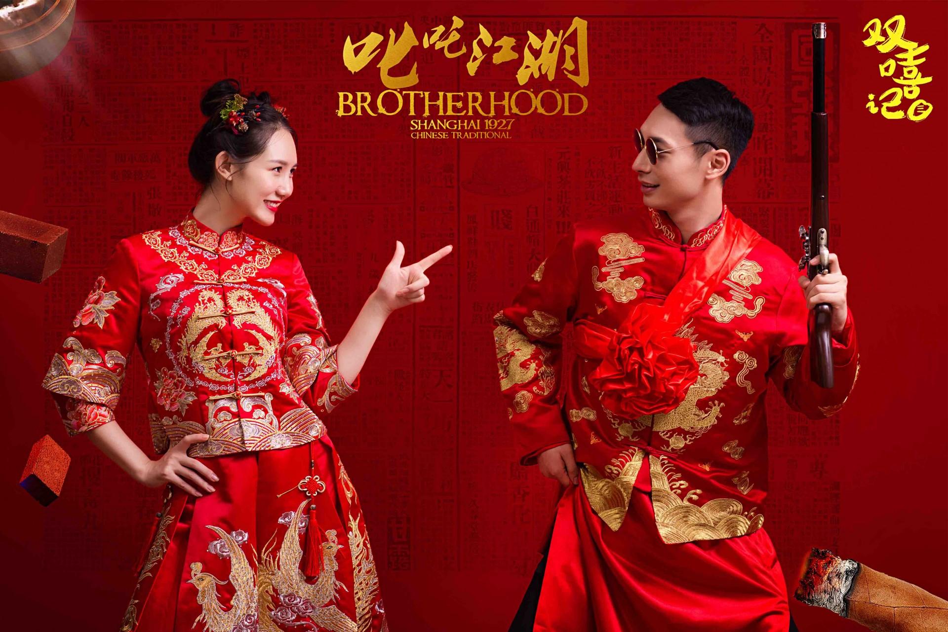 体会我们中国浓浓的气息文化,浓浓的水墨画,体现那种山与水的柔情在新人们拍婚纱照穿古装也是一个不错的选择,摇身一变,变成古典的一种美,在中国传统的浓郁的氛围中,带着古典的张扬,选择怎么样的古装才是体现出时尚的美感呢,古装与现在的结合,会是一个什么样的场景呢,下面就由北京水晶之恋婚纱摄影带我们一起去体验下经典的韵味。   我们古代流传到至今的乐器,有琴筝,箫,琵琶,等等许多许多,更多的年轻人越来越倾向穿上古装的感觉,在穿上古装的时候寻找以前的自己,追求历史的真实感。   要想体会古装带来的经典韵味,可以置