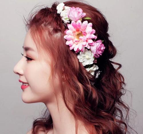 所以田园风格的新娘发型又怎能离开花环,花冠这样的饰品呢,盘起的长发图片